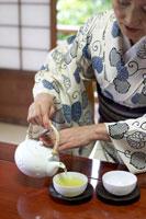 お茶を入れる着物姿のシニア女性