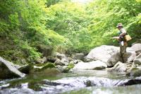 渓流釣りをするシニア男性 02336002186| 写真素材・ストックフォト・画像・イラスト素材|アマナイメージズ