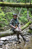 渓流釣りをするシニア男性