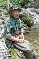 渓流釣りをするシニア男性 02336002197A| 写真素材・ストックフォト・画像・イラスト素材|アマナイメージズ