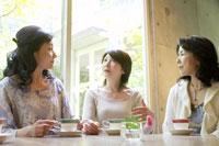 ティータイムのシニア女性3人