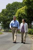 散歩をする日本人シニア夫婦 02336002315| 写真素材・ストックフォト・画像・イラスト素材|アマナイメージズ
