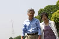 散歩をする日本人シニア夫婦 02336002316A| 写真素材・ストックフォト・画像・イラスト素材|アマナイメージズ