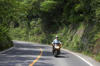 バイクにのるシニア男性