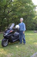バイクとシニア男性 02336002334| 写真素材・ストックフォト・画像・イラスト素材|アマナイメージズ