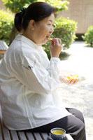 縁側でみかんを食べるシニア女性 02336002361B| 写真素材・ストックフォト・画像・イラスト素材|アマナイメージズ