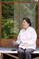 縁側でお茶を飲むシニア女性 02336002364| 写真素材・ストックフォト・画像・イラスト素材|アマナイメージズ