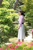 新緑の庭に立つ日本人シニア女性 02336002367| 写真素材・ストックフォト・画像・イラスト素材|アマナイメージズ
