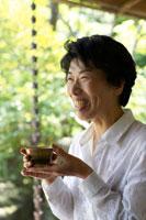 お茶を飲むシニア女性