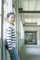 学校の廊下に立つ女の子 02336002408| 写真素材・ストックフォト・画像・イラスト素材|アマナイメージズ