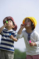 しゃぼん玉で遊ぶ男の子2人