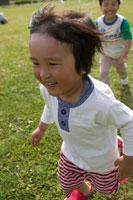草原で遊ぶ男の子2人