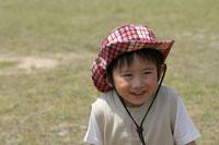 草原で遊ぶ男の子