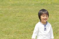 草原で遊ぶ男の子 02336002432| 写真素材・ストックフォト・画像・イラスト素材|アマナイメージズ