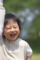 草原で遊ぶ男の子 02336002439| 写真素材・ストックフォト・画像・イラスト素材|アマナイメージズ