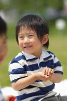 のはらで遊ぶ男の子 02336002443| 写真素材・ストックフォト・画像・イラスト素材|アマナイメージズ