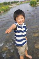 川で水遊びをする男の子