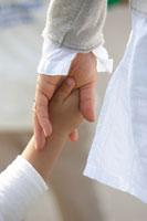 親子の手のアップ 02336002461| 写真素材・ストックフォト・画像・イラスト素材|アマナイメージズ