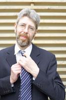 ネクタイを締める外国人男性 02336002464| 写真素材・ストックフォト・画像・イラスト素材|アマナイメージズ