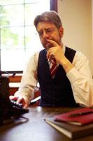 タイプライターを打つ外国人男性