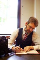 オフィスでペンを執る白人男性