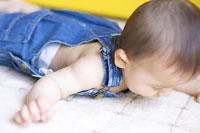 うつ伏せの赤ちゃん 02336002496  写真素材・ストックフォト・画像・イラスト素材 アマナイメージズ