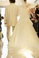 新郎新婦の後ろ姿 02336002594| 写真素材・ストックフォト・画像・イラスト素材|アマナイメージズ
