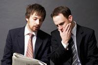 新聞を見る2人の外国人ビジネスマン 02336002622| 写真素材・ストックフォト・画像・イラスト素材|アマナイメージズ