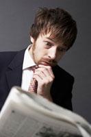 新聞を見る外国人ビジネスマン