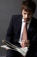 新聞を見る外国人ビジネスマン 02336002638| 写真素材・ストックフォト・画像・イラスト素材|アマナイメージズ