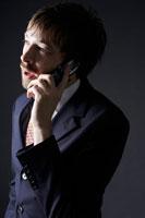 携帯電話をかける外国人ビジネスマン 02336002642A| 写真素材・ストックフォト・画像・イラスト素材|アマナイメージズ