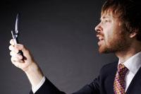 携帯電話を見つめるビジネスマン 02336002645| 写真素材・ストックフォト・画像・イラスト素材|アマナイメージズ
