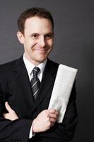 新聞を手に持つ外国人ビジネスマン 02336002653| 写真素材・ストックフォト・画像・イラスト素材|アマナイメージズ
