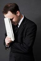 新聞を手に持つ外国人ビジネスマン 02336002654| 写真素材・ストックフォト・画像・イラスト素材|アマナイメージズ
