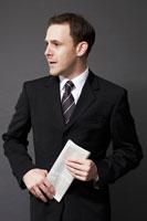 新聞を手に持つ外国人ビジネスマン 02336002655| 写真素材・ストックフォト・画像・イラスト素材|アマナイメージズ