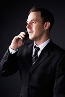 携帯電話をかける外国人ビジネスマン 02336002656| 写真素材・ストックフォト・画像・イラスト素材|アマナイメージズ