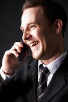 携帯電話をかける外国人ビジネスマン 02336002658| 写真素材・ストックフォト・画像・イラスト素材|アマナイメージズ