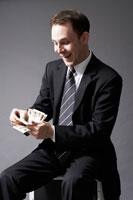 紙幣を数える外国人ビジネスマン