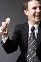 紙幣を手に持つ外国人ビジネスマン 02336002661| 写真素材・ストックフォト・画像・イラスト素材|アマナイメージズ