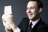 紙幣を手に持つ外国人ビジネスマン 02336002663| 写真素材・ストックフォト・画像・イラスト素材|アマナイメージズ