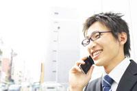 携帯電話をかけるビジネスマン