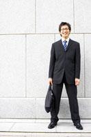 壁の前に立つビジネスマン
