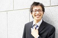 ネクタイを緩めるビジネスマン 02336002743| 写真素材・ストックフォト・画像・イラスト素材|アマナイメージズ