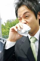 汗を拭くビジネスマン