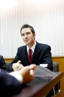 商談をするビジネスマン 02336002772A| 写真素材・ストックフォト・画像・イラスト素材|アマナイメージズ
