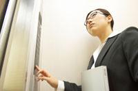 エレベーターに乗るビジネスウーマン