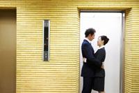 エレベーターで抱き合うカップル