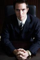 手を前で組んでいるビジネスマン 02336002797| 写真素材・ストックフォト・画像・イラスト素材|アマナイメージズ