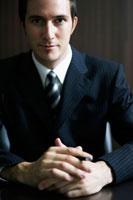 ペンを持っているビジネスマン 02336002802| 写真素材・ストックフォト・画像・イラスト素材|アマナイメージズ