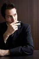 ペンを持っているビジネスマン 02336002803| 写真素材・ストックフォト・画像・イラスト素材|アマナイメージズ